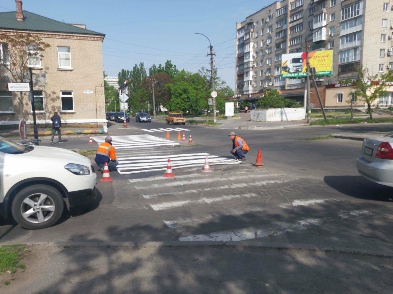 """В Бердянске обновляют пешеходную """"зебру"""", фото-1"""