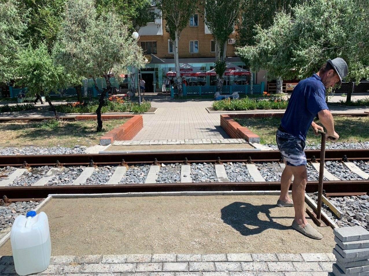 На набережной Бердянска стартовали работы по укладке пешеходных переходов через рельсы, - ФОТО, фото-7