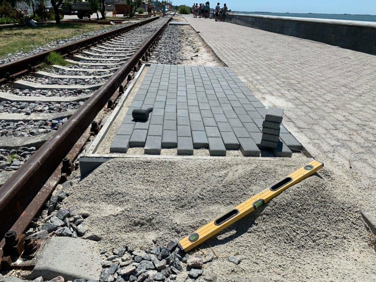 На набережной Бердянска стартовали работы по укладке пешеходных переходов через рельсы, - ФОТО, фото-5