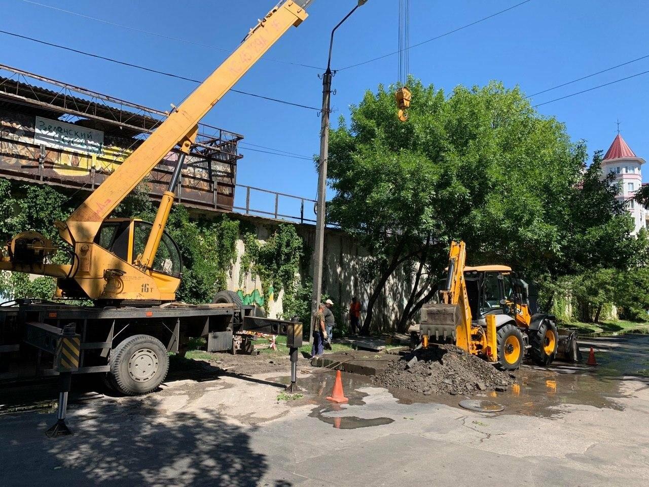 Прорыв трубы в Бердянске по ул. Греческой