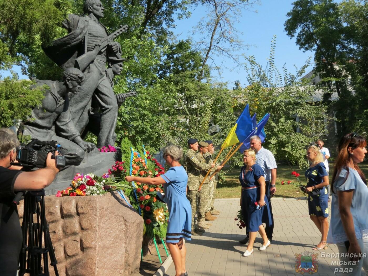 Возложение цветов на братскую могилу десантников в Бердянске, фото-3