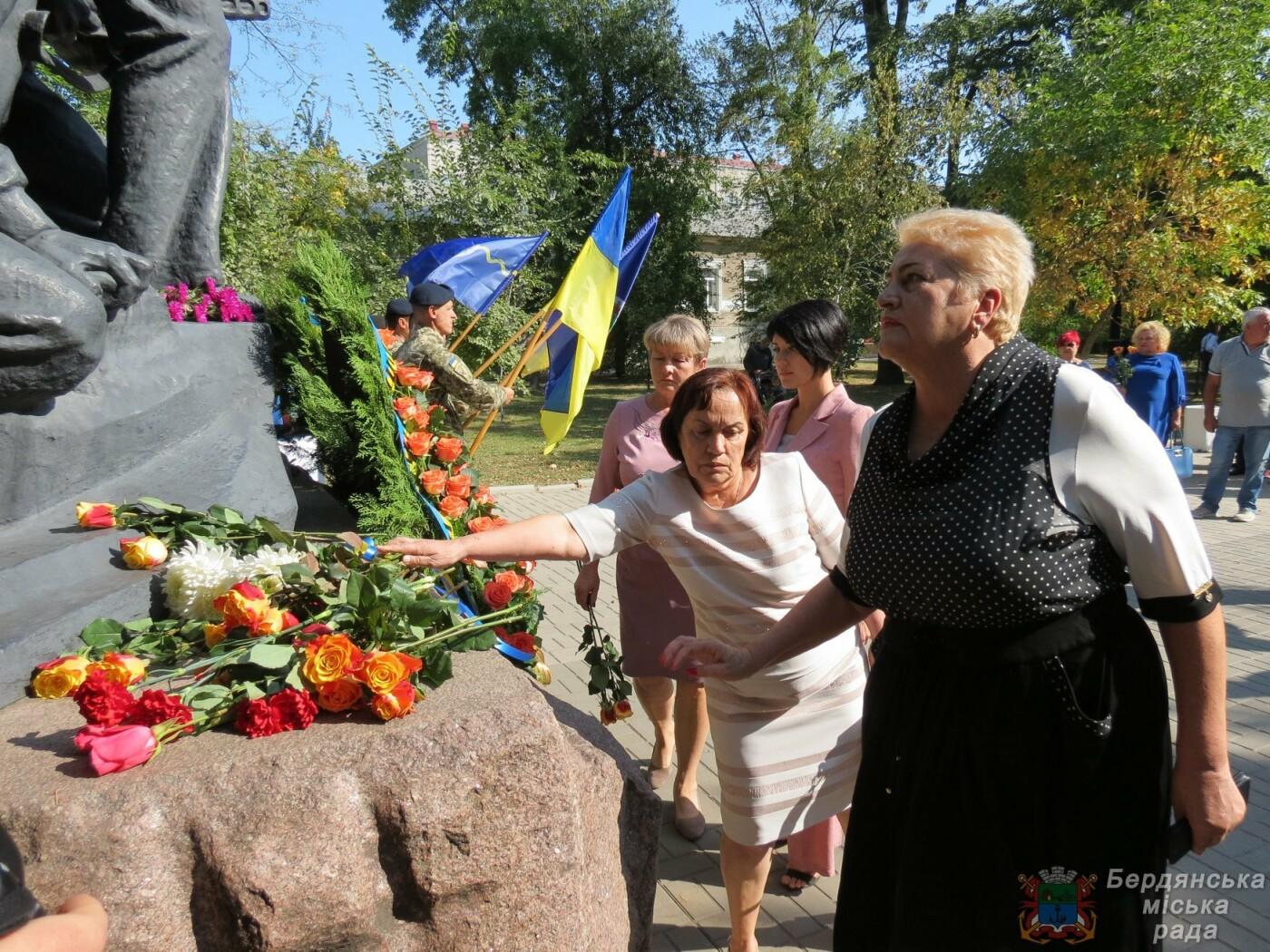 Возложение цветов на братскую могилу десантников в Бердянске, фото-6