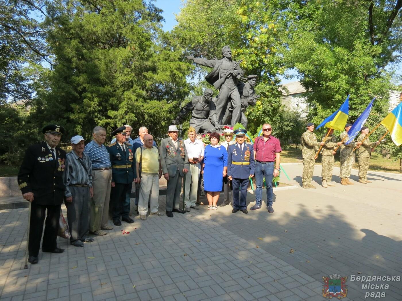 Возложение цветов на братскую могилу десантников в Бердянске, фото-2