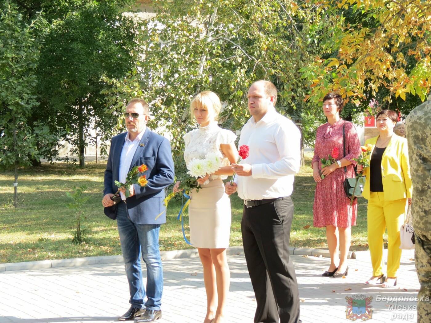 Возложение цветов на братскую могилу десантников в Бердянске, фото-8