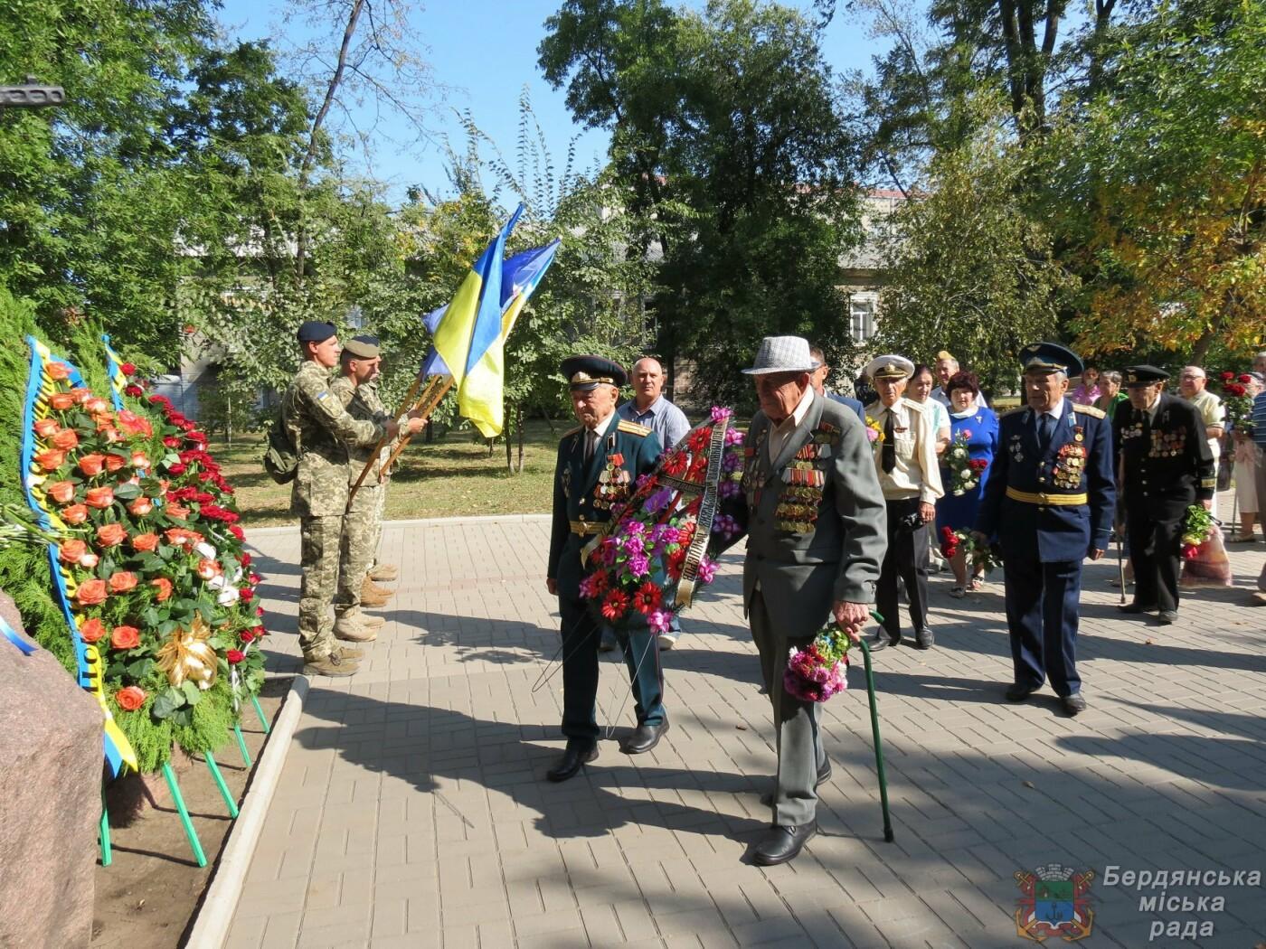 Возложение цветов на братскую могилу десантников в Бердянске, фото-1