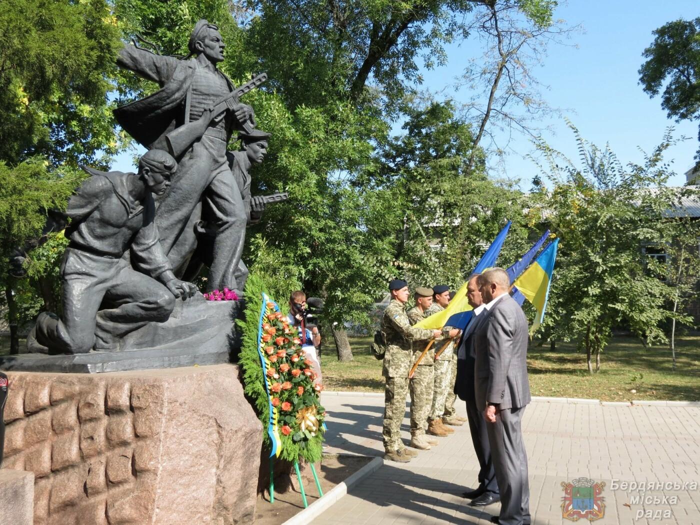 Возложение цветов на братскую могилу десантников в Бердянске, фото-10