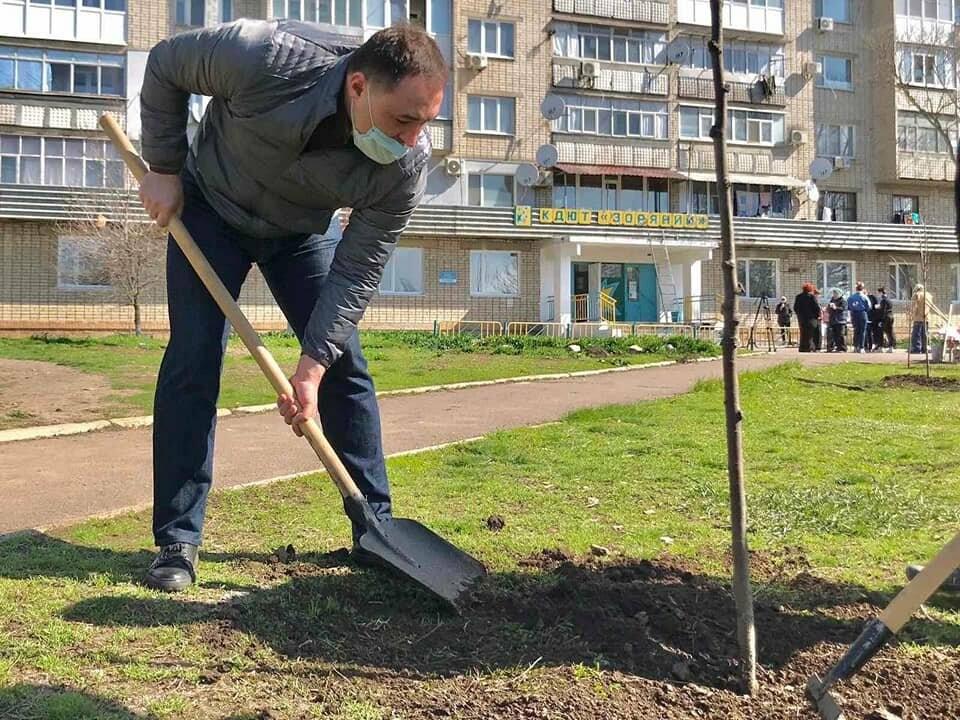 Кто больше: в Бердянске мэр и секретарь горсовета наперегонки сажают деревья, фото-4