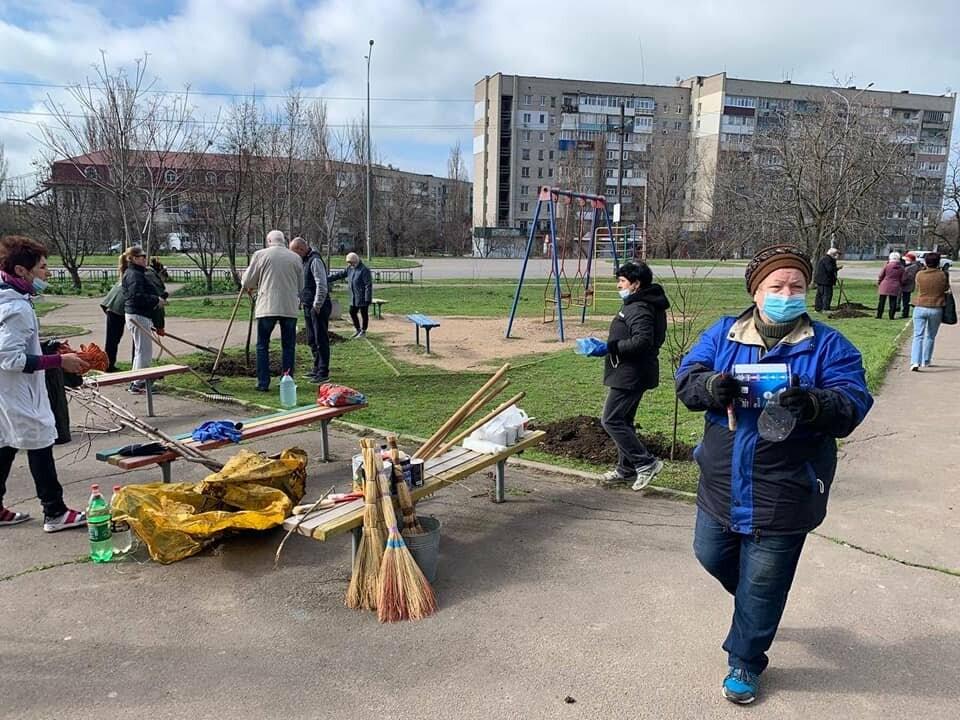 Кто больше: в Бердянске мэр и секретарь горсовета наперегонки сажают деревья, фото-6