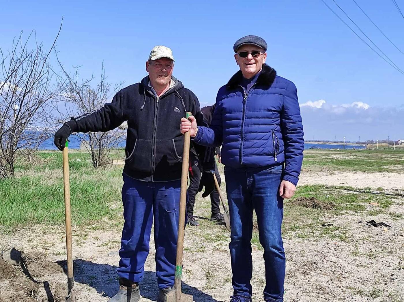 Кто больше: в Бердянске мэр и секретарь горсовета наперегонки сажают деревья, фото-1