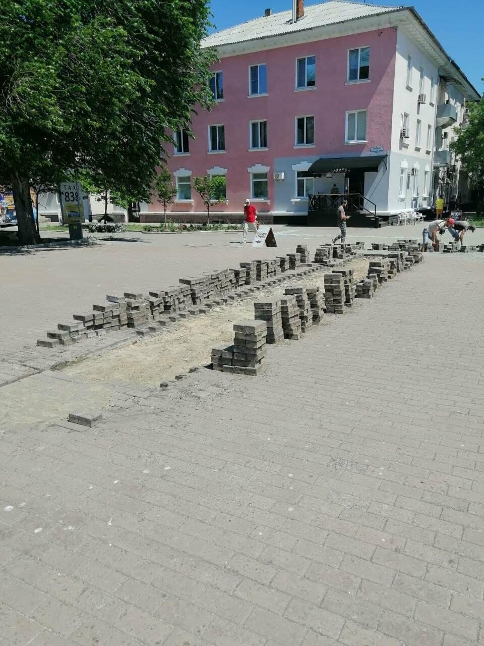 На Приморской площади Бердянска разбирают плитку (ФОТО), фото-2