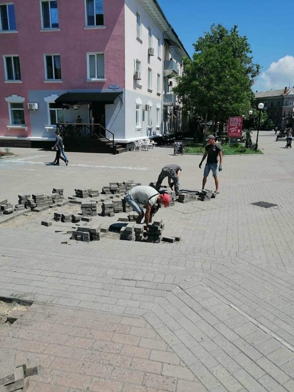 На Приморской площади Бердянска разбирают плитку (ФОТО), фото-4