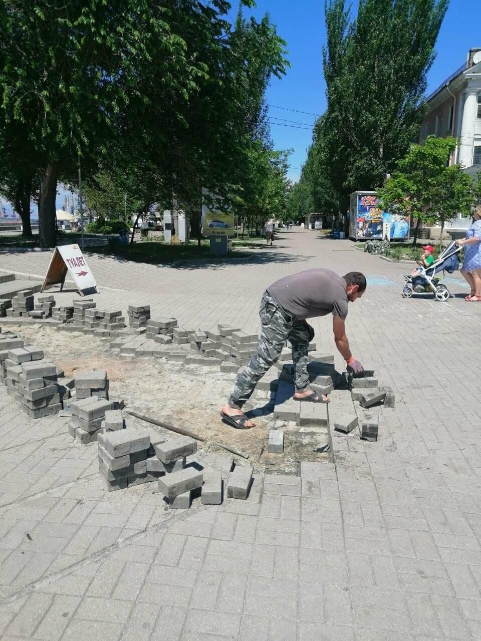 На Приморской площади Бердянска разбирают плитку (ФОТО), фото-5
