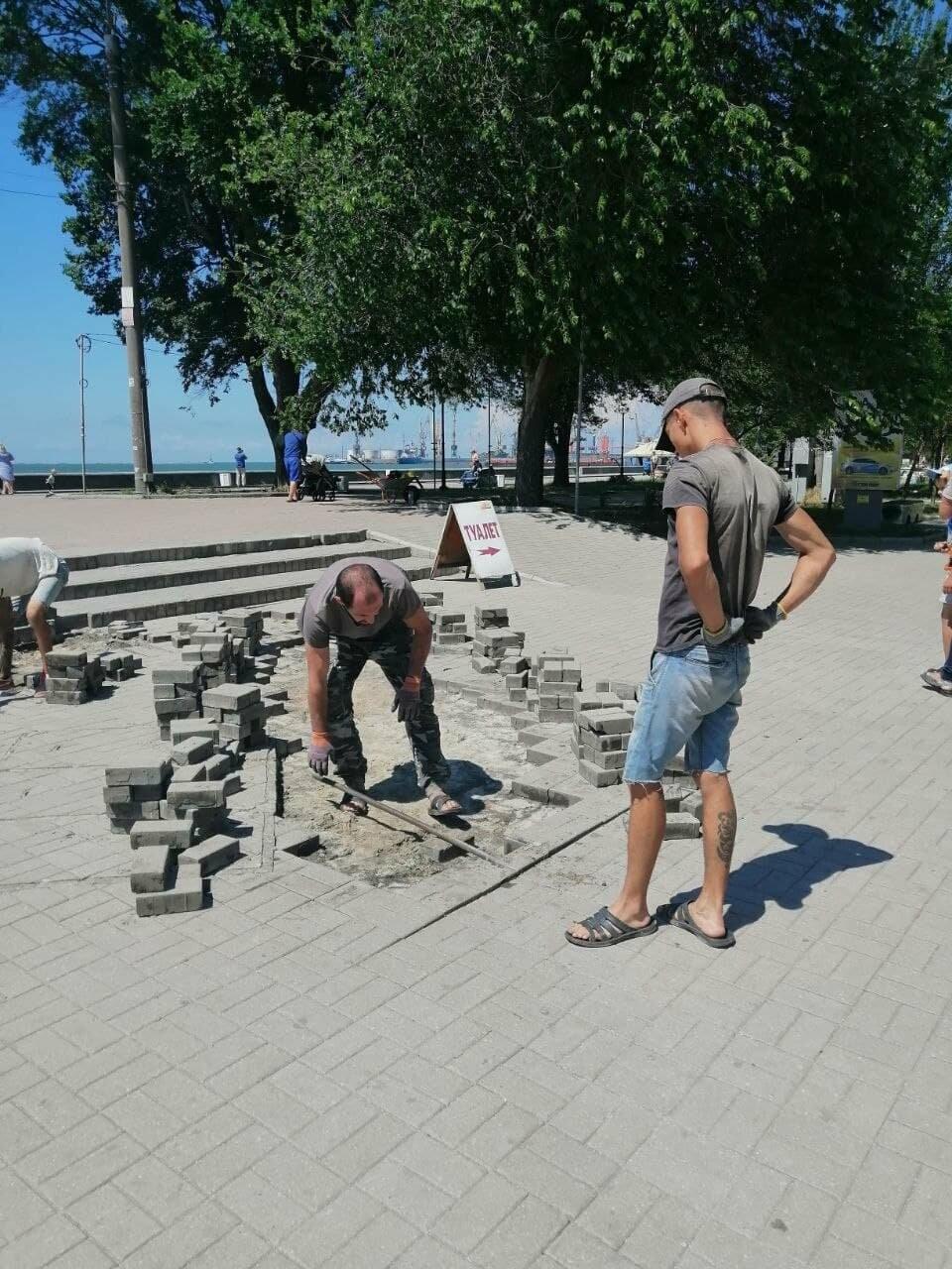 На Приморской площади Бердянска разбирают плитку (ФОТО), фото-6