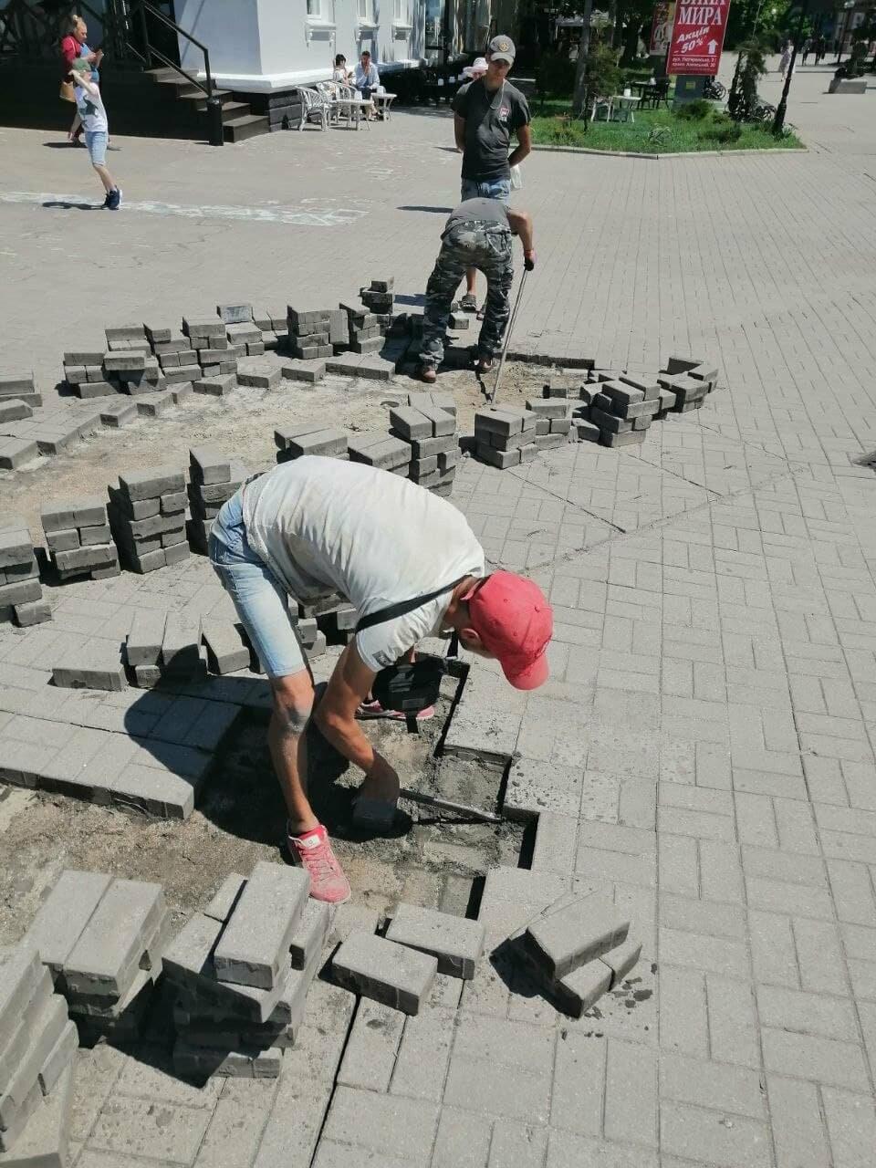 На Приморской площади Бердянска разбирают плитку (ФОТО), фото-7