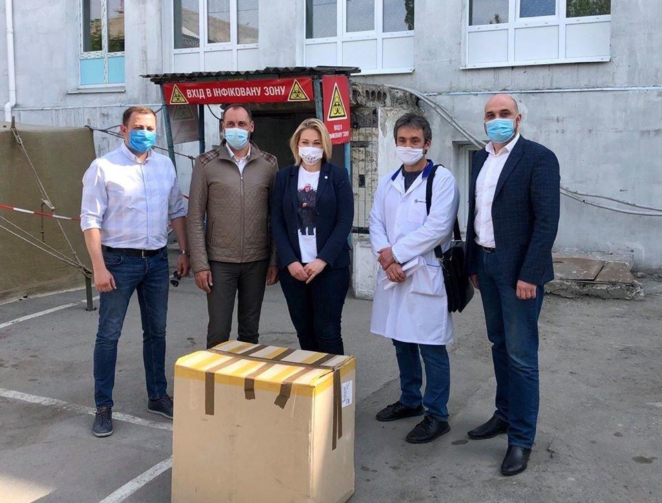 До Бердянської лікарні доставили 50 захисних костюмів, фото-1