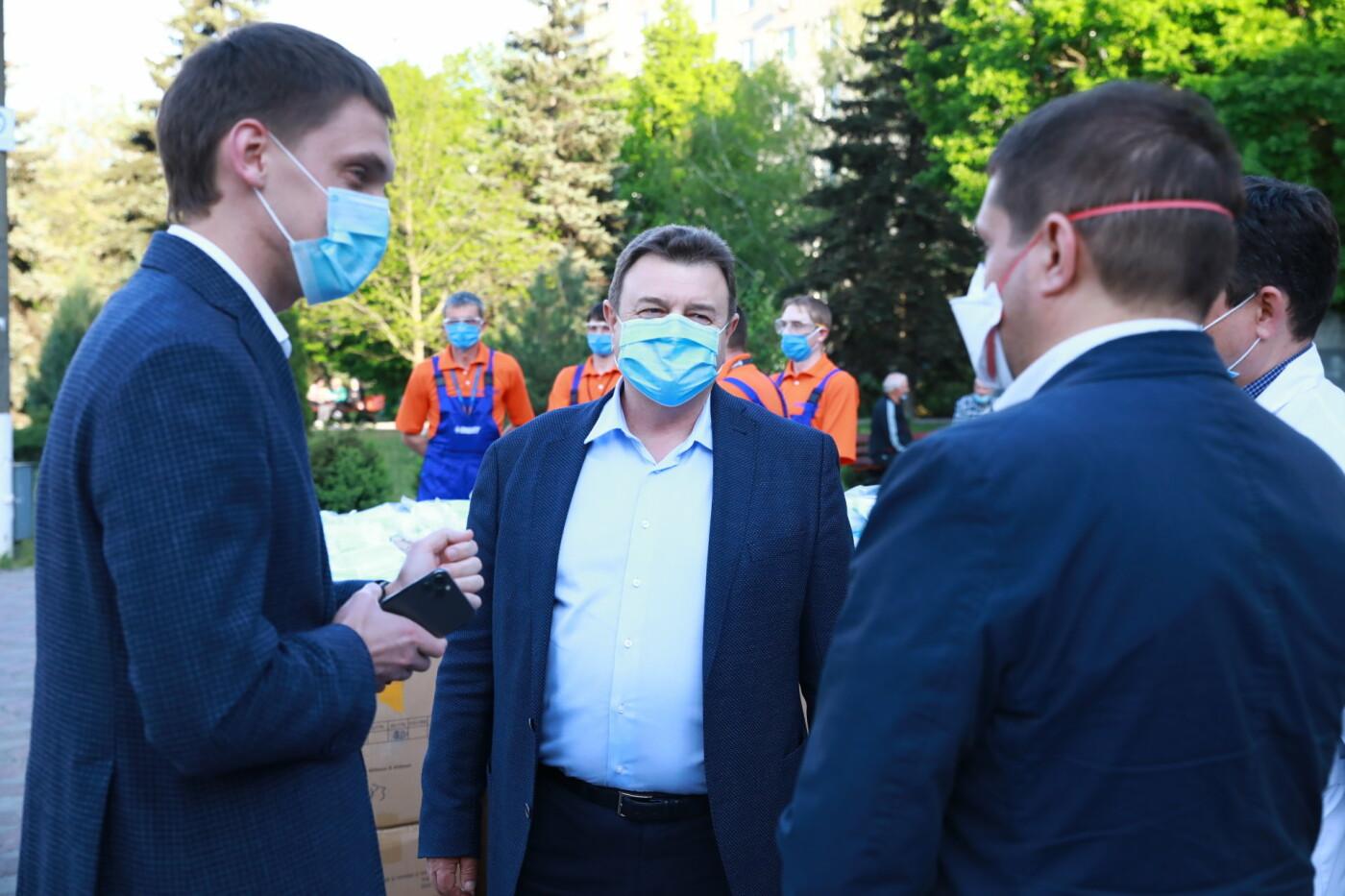 В Бердянск передадут защитные маски, костюмы и очки для врачей, фото-10