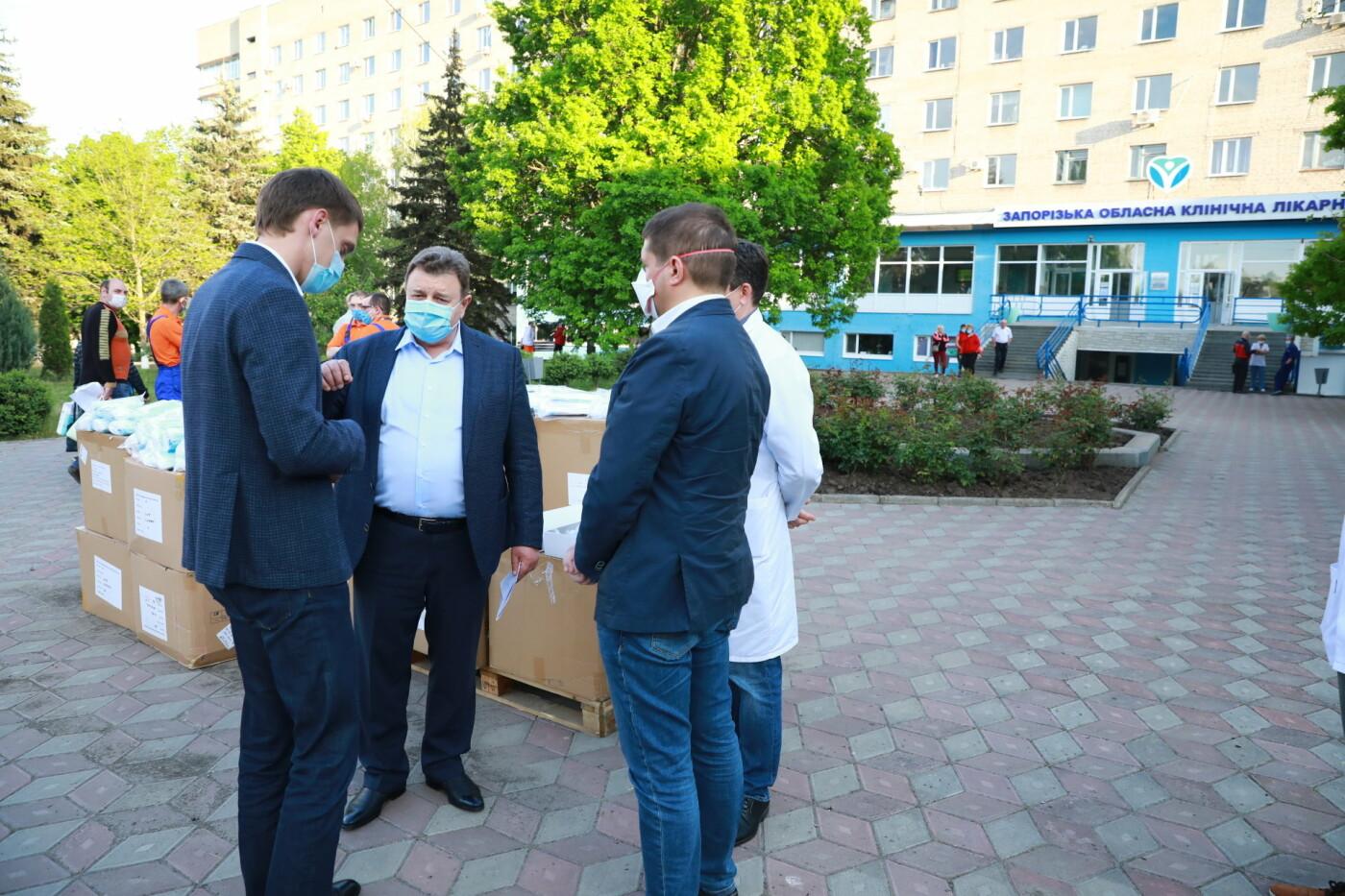 В Бердянск передадут защитные маски, костюмы и очки для врачей, фото-11