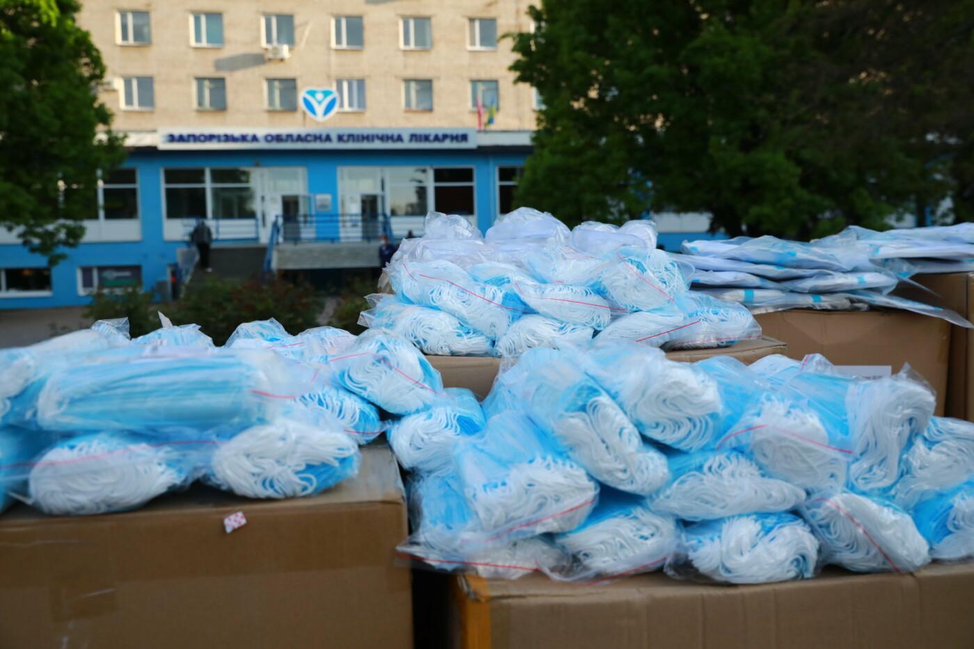 В Бердянск передадут защитные маски, костюмы и очки для врачей, фото-12