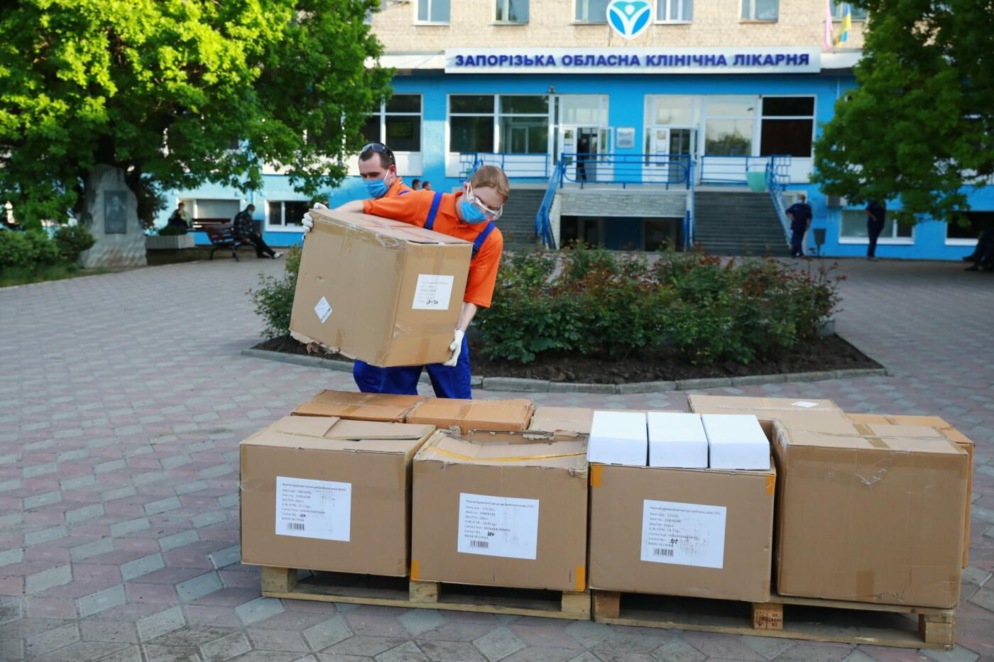 В Бердянск передадут защитные маски, костюмы и очки для врачей, фото-4