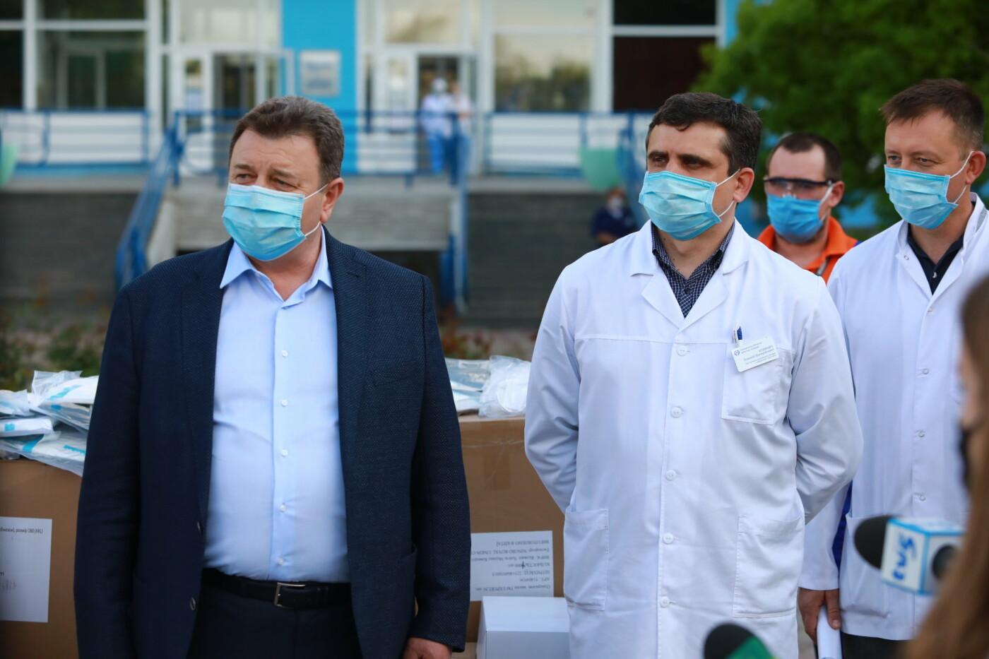 В Бердянск передадут защитные маски, костюмы и очки для врачей, фото-7