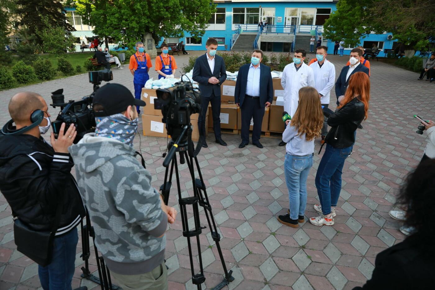В Бердянск передадут защитные маски, костюмы и очки для врачей, фото-8
