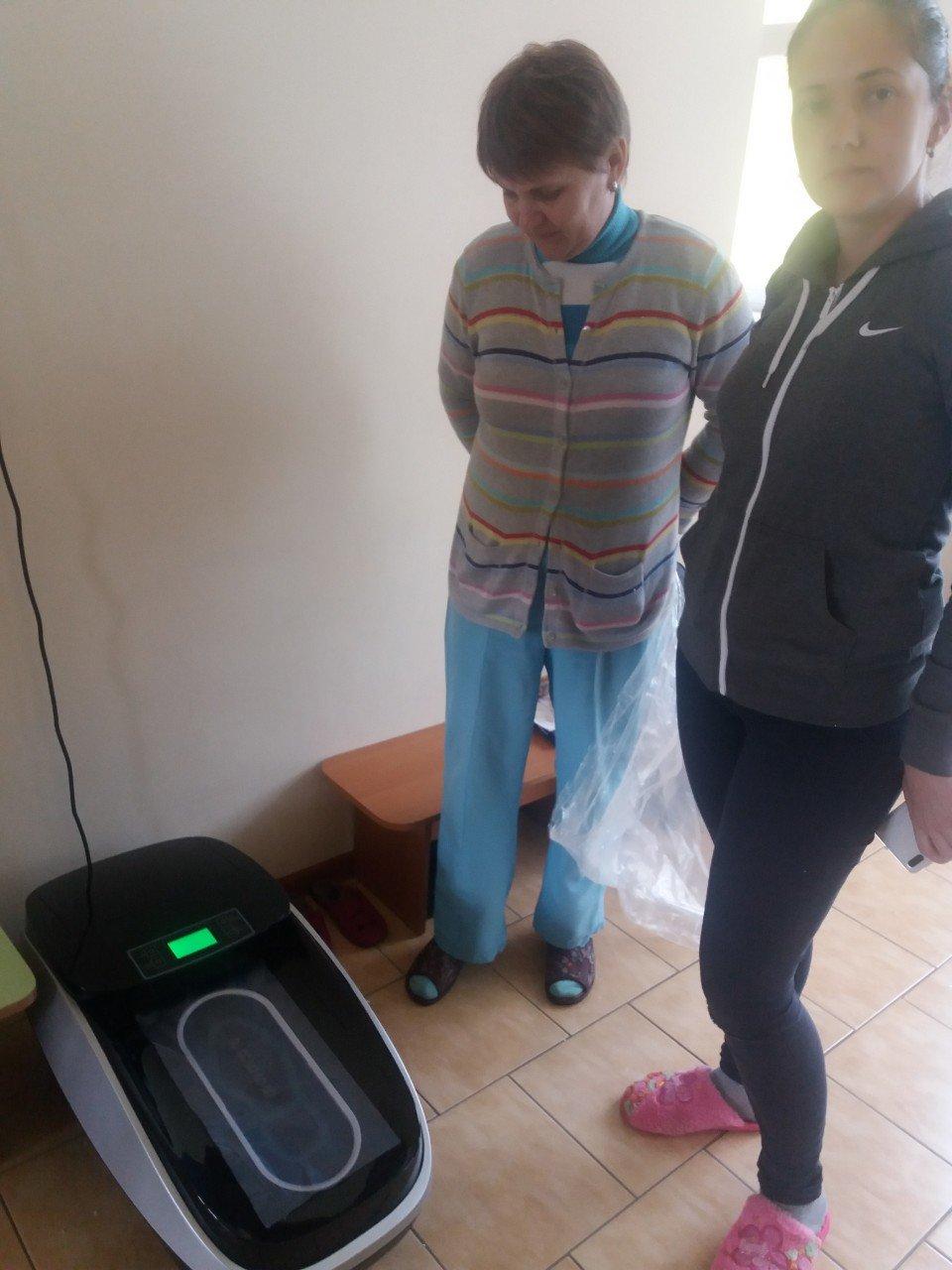 В Бердянском центре социальной реабилитации появился автоматический бахилонадеватель, фото-1