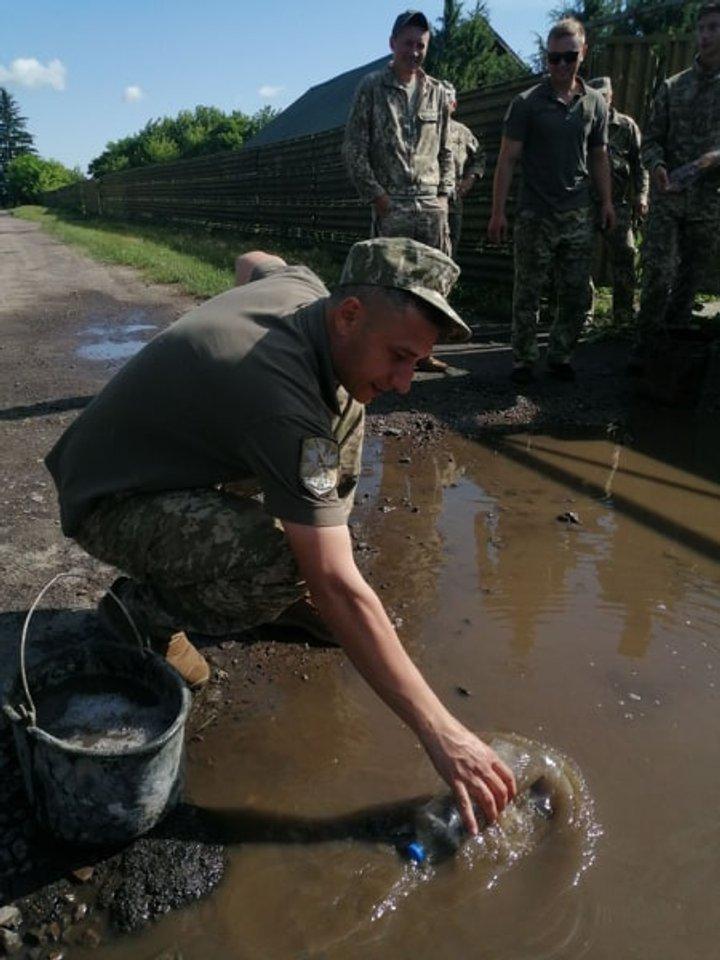 Выгребать воду из луж бутылками и листьями: как встречают президента в бригаде тактической авиации, фото-3