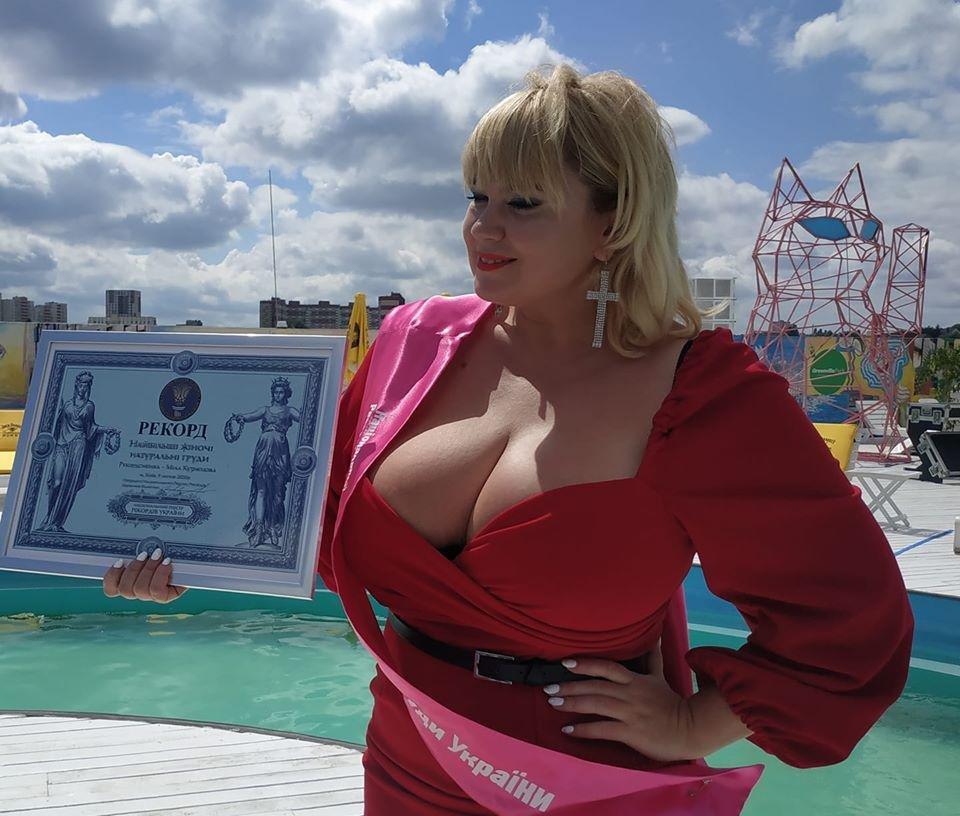 В Украине определили самую большую натуральную грудь, фото-1
