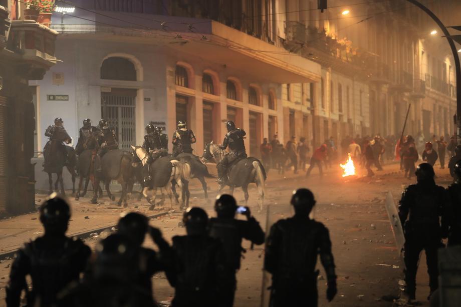 Акции протеста и митинги охватили множество стран, фото-10