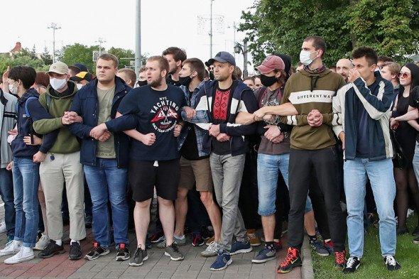 Акции протеста и митинги охватили множество стран, фото-13