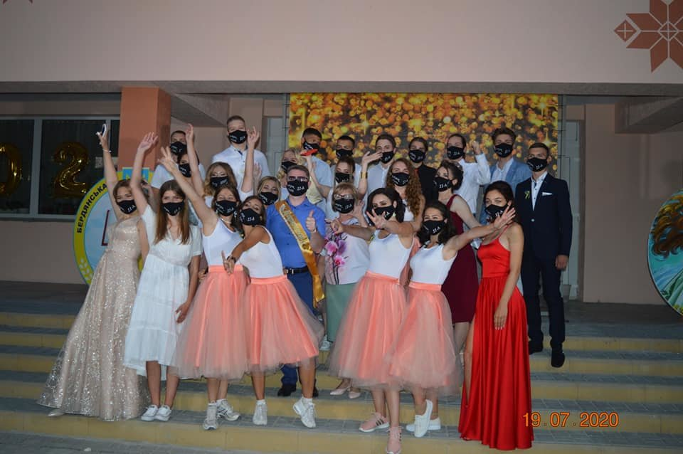 Бердянские школьники оригинально отпраздновали выпускной, фото-1