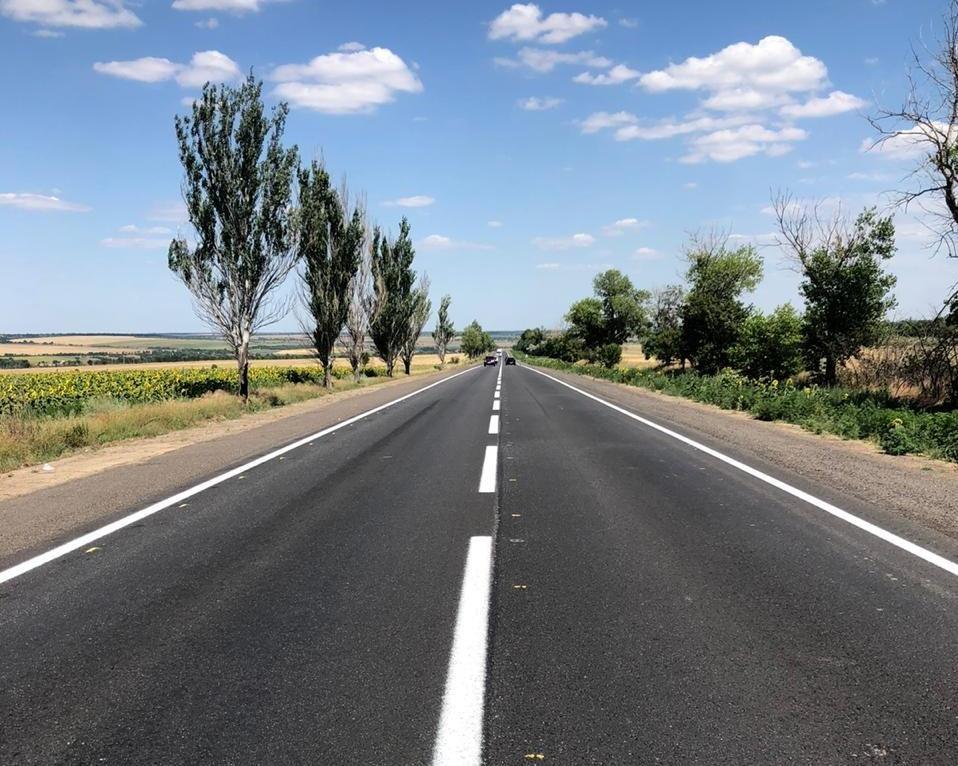 На трассе Васильевка-Бердянск наносят дорожную разметку
