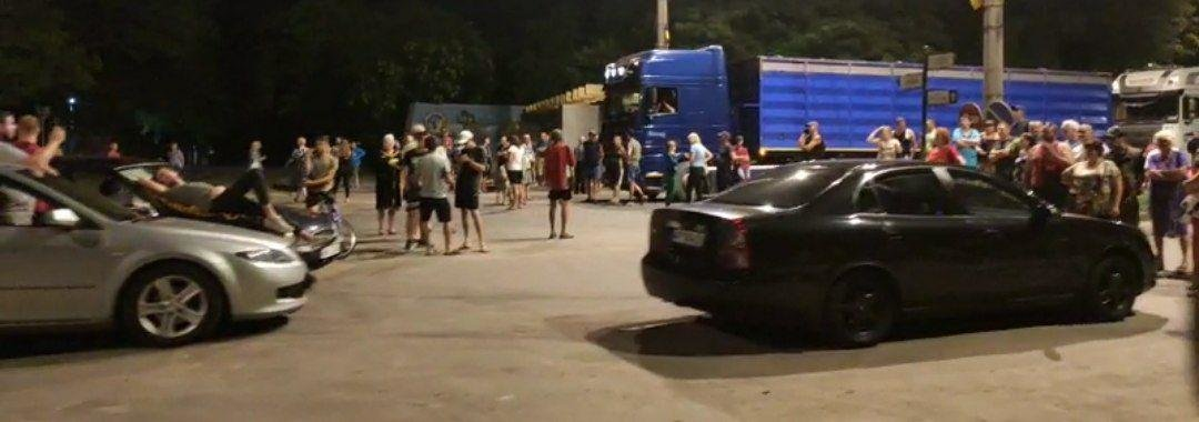 Водители возмущаются на протестующих бердянцев в микрорайоне Лиски