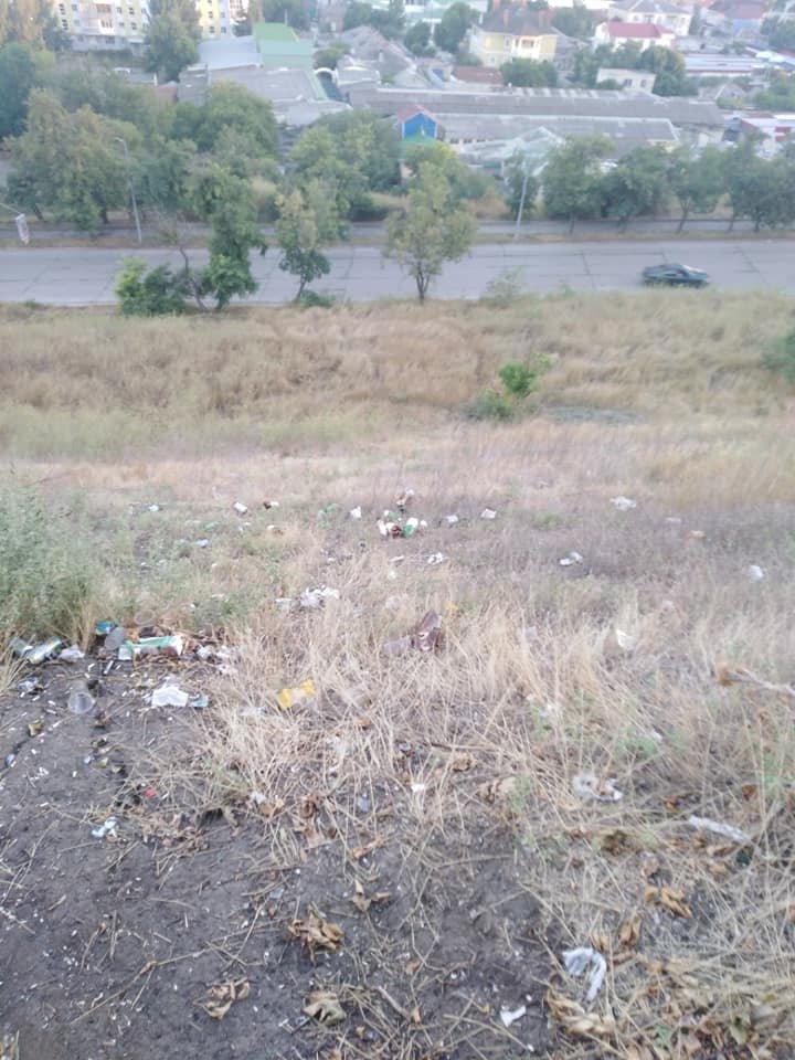 Нагорную часть Бердянска возле смотровой превратили в свалку