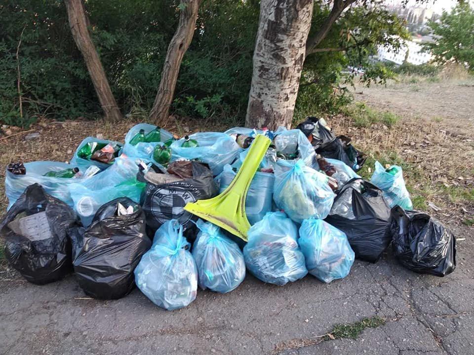 Сказали – сделали: бердянки сами убрали мусор в нагорной части