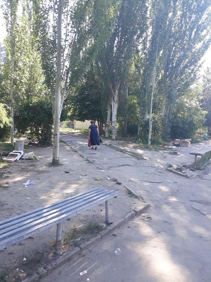 После рыночного дня в центре Бердянска снова горы мусора,- ФОТО